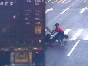 Mulher escapa da morte duas vezes no trânsito da China - A mulher avançou o sinal vermelho numa bicicleta elétrica. Quando vê o caminhão na direção contrária, ela desce do veículo para não ser atropelada. Na colisão, quase vai parar embaixo do caminhão, mas não se feriu.
