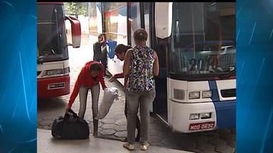 Três ônibus são apreendidos na BR-116, na Região do Vale do Aço - Segundo a polícia, os veículos faziam transporte clandestino.