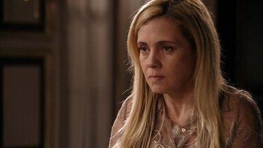 Carminha assusta Nina na cozinha da mansão - Com ódio no olhar, ela pergunta se a cozinheira se assustou por medo. Janaína se surpreende com o bom humor da amiga