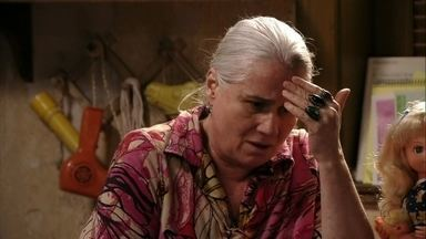 Lucinda se preocupa com a vingança de Nina - Ela desabafa com Santiago, e teme afundar junto com Carminha por causa do segredo que as une