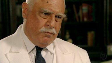Ramiro questiona Juvenal por ele não cortejar Gerusa - O rapaz se sente acuado pelo coronel