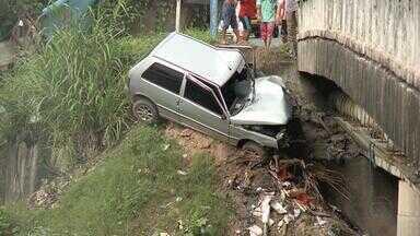 Motorista perde controle e carro cai em barranco na Iputinga - Acidente aconteceu na manhã deste sábado (21), na BR-101, no sentido Recife-Paulista. O motorista ficou ferido e foi socorrido pelo Samu.