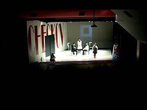 Grupo Galpão apresenta peça 'Eclipse' em Divinópolis, MG - Neste sábado (21), às 20h30, tem a segunda apresentação no teatro Usina Gravatá. Foram distribuídos 200 ingressos gratuitos.