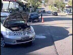 Três pessoas ficam feridas em acidente no Bairro Alto - Dois carros bateram e um deles capotou