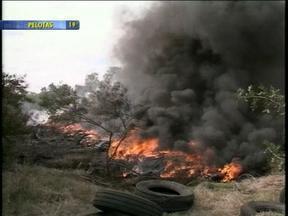 Incêndio atinge depósito com cerca de 10 mil pneus usados em Pelotas, RS - Segundo os bombeiros, fogo começou em terreno perto do depósito.