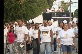Moradores de Cabedelo, PB, se reúnem em mobilização pela paz - Após oração, moradores vestidos de branco saíram pelas ruas da cidade.