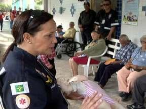 Enfermeiros do Samu ensinam primeiros socorros a idosos - Os enfermeiros também ensinaram como prevenir quedas, principalmente em ambientes domésticos como banheiros e cozinhas.