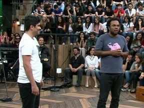 Marcelo Marrom faz performance de stand up com Luiz França - Comediantes fazem esquete sobre o preconceito com os baianos e os negros