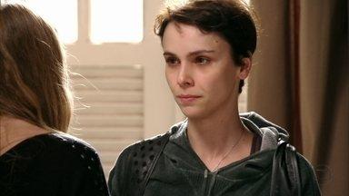Nina pede para Begônia guardar provas contra Carminha - A cozinheira decide confrontar a megera e deixa a irmã preocupada