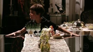 Nina exige que Carminha lhe sirva o jantar - Ela afirma que a megera merece sofrer e se senta à cabeceira da mesa de jantar