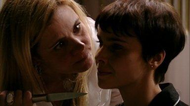 Nina exige que Carminha a chame de senhora - Ela ameaça revelar as traições da megera para a família de Tufão. Sem saída, Carminha obedece as ordens de Nina