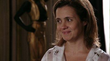 Carminha fica feliz quando Lúcio enfrenta Nina - O rapaz avisa que é segurança da megera e pergunta se ela está sendo chantageada pela cozinheira