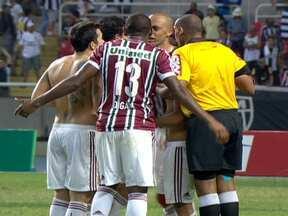 Fluminense e Atlético-MG empatam em jogo polêmico - Ronaldinho Gaúcho voltou ao Engenhão depois de quase dois meses. Tricolor Carioca deu trabalho ao goleiro Vitor. O bandeirinha esperou Fred correr, driblar Vitor e mandar a bola para rede, para marcar um impedimento inexistente.