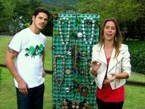 Dani Monteiro faz bijuterias com objetos do lixão de 'Avenida' - Repórter mostrou peças para o elenco, que adorou!