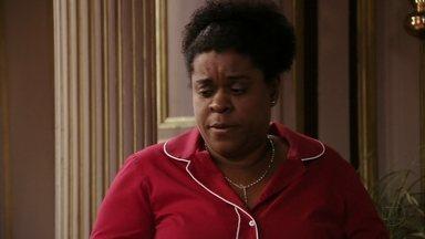 Zezé conta para Tufão que ajudou Carminha a sair da mansão - A família fica preocupada sem saber onde a megera foi
