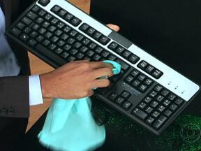 Aprenda a higienizar celulares e teclados de computador - A principal área a ser limpa é aquela em que há contato com o corpo. Nos celulares, pode-se usar pano úmido com detergente neutro ou álcool gel. No teclado, não é aconselhável álcool gel, mas pode-se usar um pincel entre as teclas.