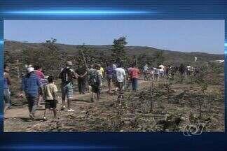 Justiça determina retirada de famílias da Serra das Areias, em Goiás - Local fica em Aparecida de Goiânia e foi invadido no último fim de semana. Para demarcar os lotes, parte da reserva foi destruída.