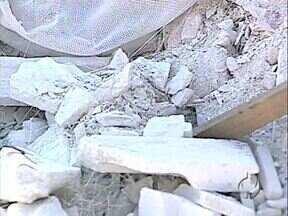 Sujão despeja gesso irregularmente no ecoponto - O material é reciclável mas deve ser entregue à empresa especializada. Os agentes da CMTU foram até o local para identificar quem fez o despejo do lixo.