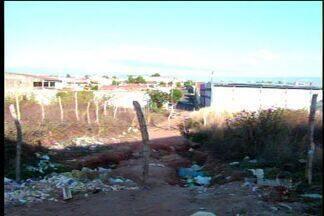 Moradores de bairro em Juazeiro do Norte (CE) reclamam da falta de coleta de lixo - População denuncia amontoado de lixo em ruas da cidade.