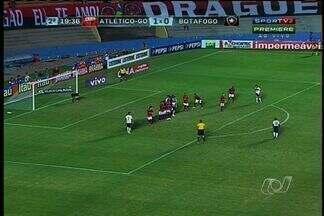 De virada, Botafogo vence o Atlético-GO no Serra Dourada - Com gol de falta do holandês Seedorf, a equipe carioca venceu os goianienses por 2 a 1, no último sábado (4). Resultado mantêm o Dragão em penúltimo lugar no Brasileirão.
