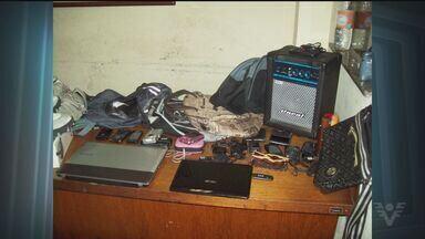 Homem é preso por receptação em Itanhaém, SP - Ele estava com vários produtos roubados de turistas. Entre os objetos estava um GPS, que foi monitorado por policiais.
