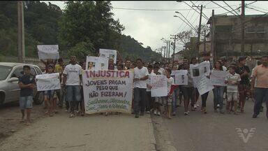 Moradores da Vila Esperança, em Cubatão, SP, realizam manifestação - Protesto aconteceu por causa da prisão de cinco jovens, acusados de tráfico de drogas.