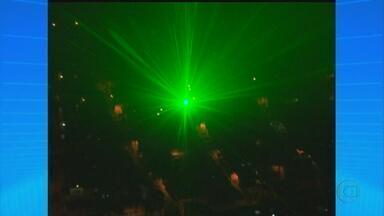 Voos noturnos em Caruaru sofrem ataques de raios laser - O problema tem sido observado na direção dos aviões que partem do aeroporto Oscar Laranjeira. A ação pode ter consequências graves.