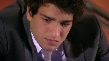 Cheias de Charme - Capítulo de segunda-feira, dia 06/08/2012, na íntegra - Elano vê as fotos de Cida com Conrado