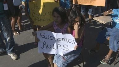 Pais e estudantes protestam contra falta de aula em escolas de Manaus - Estudantes de dois colégios da rede pública municipal de ensino em Manaus protestaram contra a falta de aulas na manhã desta segunda (6).