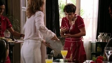 Nina provoca e Carminha ataca a cozinheira - Tufão obriga a esposa a sair do quarto e sentar-se à mesa com a família. Nina diz que preparou um prato em homenagem a Carminha e a megera perde a paciência
