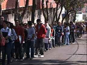 Cerca de mil pessoas formam fila para recrutamento de emprego em Sorocaba, SP - Muitas pessoas passaram horas na fila na manhã desta quarta-feira (8) em Sorocaba (SP). Cerca de mil pessoas foram até um hotel entregar currículo para participar de um recrutamento.