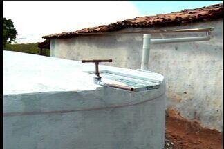 Moradores do interior do Ceará recebem cisternas de contenção de água - Cisternas devem amenizar efeitos da seca no estado.