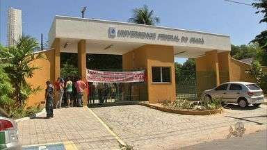 Professores da UFC realizam assembleia para decidir de mantêm greve - Manifestantes ocupam sede da universidade do Benfica.