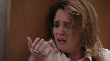 Carminha se fere ao tentar agredir Nina - A megera parte para cima da cozinheira e Max separa as duas