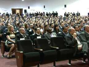 Mais de 150 delegados são nomeados no Palácio dos Bandeirantes em SP - Cerca de 200 novos delegados foram nomeados na última quarta-feira (8), no Palácio dos Bandeirantes, em São Paulo. O Grupo vai fazer um curso de formação de três meses na academia de polícia civil. Os novos delegados irão atuar em todo o estado.