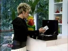 Louro José recebe maleta de dinheiro falso como propina de Nina, de Avenida Brasil - Papagaio conta que recebeu mala com dinheiro da personagem
