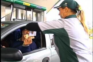 Lei que determina fim do terceiro dígito em preço de combustíveis não é cumprida em Caxias - Há duas semanas em vigor, determinação do Estado causa polêmica. Donos de postos afirmam que lei vai contra a Agência Nacional do Petróleo.