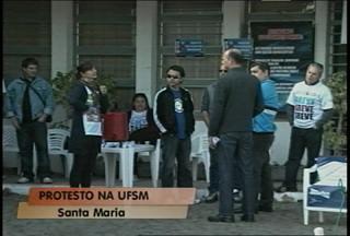 Mais um dia de protestos na UFSM - Grevistas trancaram o acesso à Coperves