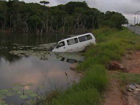 Motorista perde controle e van cai em lagoa na Av. Paralela em Salvador - O acidente aconteceu na manhã desta sexta-feira.