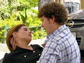 Gabriel perdoa Carmem e ela morre - Moisés tenta atropelar Gabriel, mas Carmem se joga na frente do filho. O rapaz se desespera com a morte da mãe biológica
