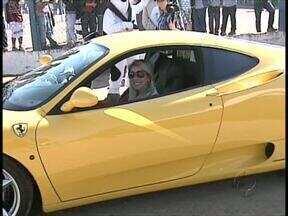 Produtores rurais que visitaram Feira do Leite em Castro puderam conhecer Ferrari de perto - Alguns produtores foram sorteados para dar um volta no carro.