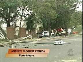 Avenida de Porto Alegre é bloqueada devido a acidente - Avenida Borges de Medeiros ficou totalmente bloqueada, no sentido centro-bairro, esta manha em Porto Alegre devido a um acidente.