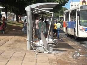 Carro invade ponto de ônibus na região do Iguatemi na madrugada deste sábado - Segundo a Transalvador, não houve feridos.