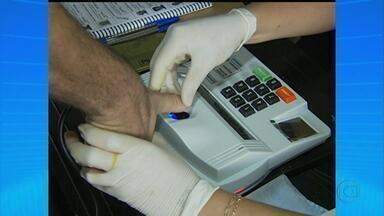 Moradores de Sanharó, no Agreste, participam de uma eleição simulada - Objetivo do Tribunal Regional Eleitoral era testar o sistema biométrico de reconhecimento dos eleitores.