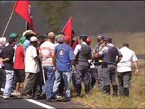 Protesto do MST interdita duas pistas da Marechal Rondon em Pirajuí - Cerca de 200 manifestantes participaram do protesto, eles interditaram as duas pistas da rodovia no sentido capital-interior colocando fogo em galhos de árvores e pneus.