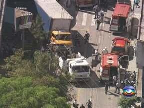 Seis crianças são atropeladas por caminhão na Grande São Paulo - Segundo testemunhas, acidente foi em uma curva de uma rua em Osasco. As crianças ficaram embaixo de um caminhão.