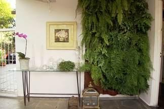 Veja dicas para reformar uma varanda gastando pouco - Arquitetos usaram R$ 1 mil para decorar o espaço. O destaque é o jardim vertical, feito com placas de coco. Para renovar o ambiente, móveis e objetos de outros lugares foram realocados.