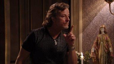 Max avisa a Carminha que Jorginho descobriu a verdade - O malandro inventa uma desculpa para justificar sua visita inesperada à mansão e consegue entrar no quarto da megera