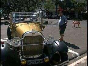 Sucesso por onde passa - O quadro passeio pela cidade é com um carro antigo, que foi fabricado bem antes de Maringá existir