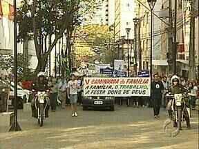 Igreja faz manifestação em defesa da família e do trabalho - Católicos tomaram o Calçadão de Londrina em defesa dos valores familiares. Um pedido de união e filhos.